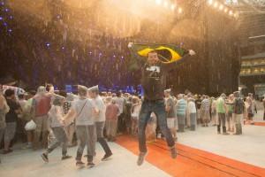 Público e a chuva pouco antes do show de Paul McCartney e banda em SP - Foto: Divulgação Midiorama/Marcos Hermes