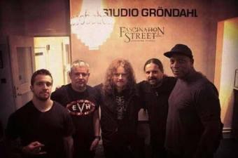 Sepultura na Suécia com o guitarrista Fredrik Åkesson, do Opeth - Foto: Divulgação