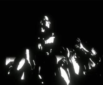 """U2 no clipe da faixa """"The Blackout"""" - Foto: Divulgação"""