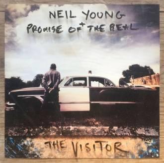 """Neil Young - Reprodução da capa do disco """"The Visitor"""""""